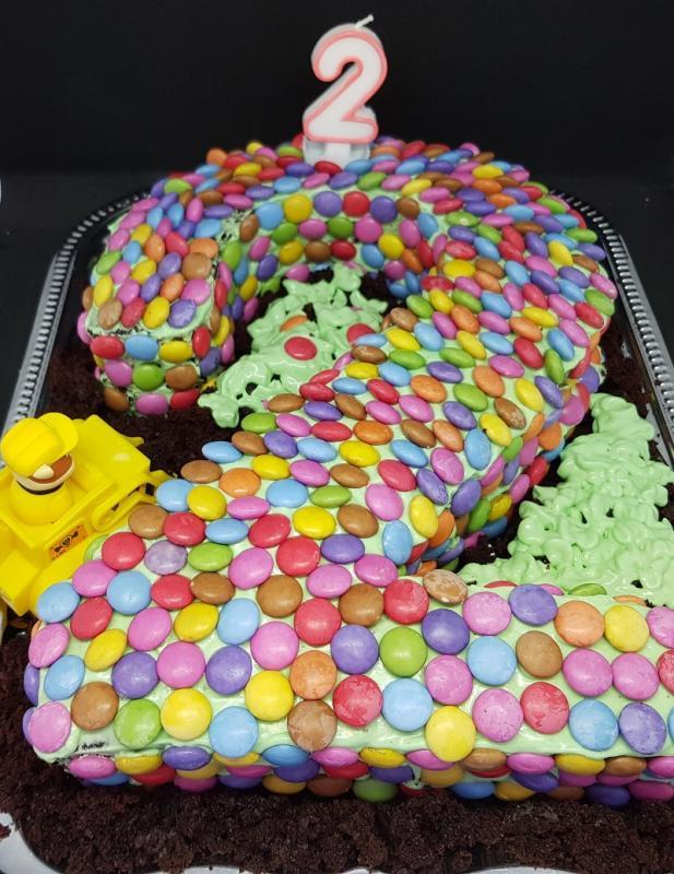 Lækker fødselsdagskage med chokolade og flødeostcreme